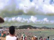 Vòng tròn kỳ lạ lơ lửng trên bãi biển đông người ở TQ