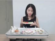 Thánh nữ công sở lại lấy đế tản nhiệt máy tính làm kem