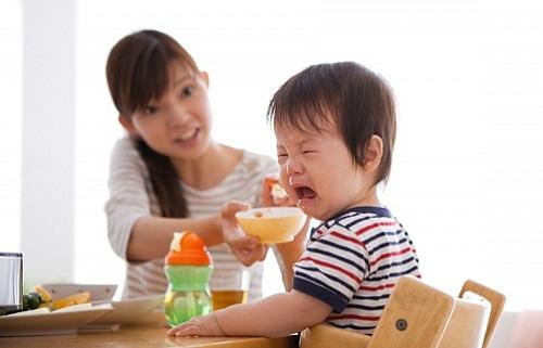 Chuyên gia vạch lỗi mẹ Việt chăm con sai bét khiến càng nuôi, càng còi - 1
