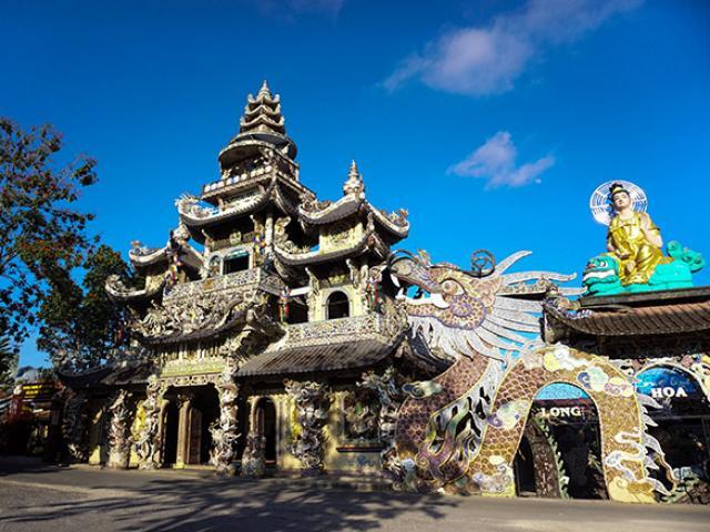"""Ngôi chùa kỳ quái làm từ """"ve chai"""" khiến du khách tròn mắt khi ghé thăm"""