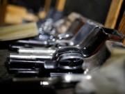 Tưởng súng đồ chơi, cầm bắn vào bụng bạn mới biết là súng thật