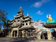 Ngôi chùa kỳ quái làm từ  ve chai  khiến du khách tròn mắt khi ghé thăm