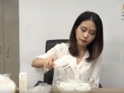 Thánh nữ công sở làm bánh 7 màu bằng cách không tưởng
