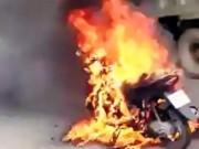 2 cô gái tháo chạy khỏi xe bốc cháy dữ dội trên phố