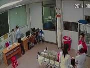 Người nhà bệnh nhân xông vào phòng cấp cứu hành hung bác sĩ