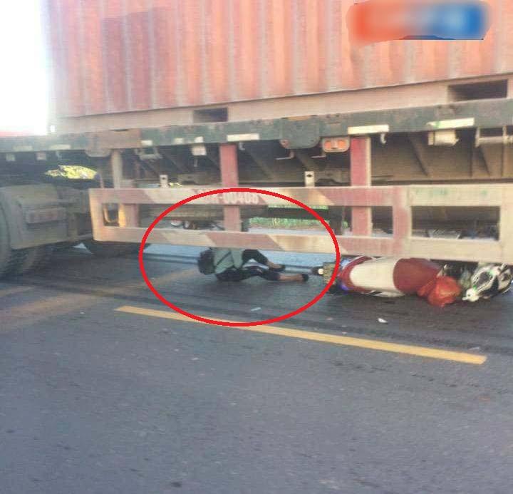 Cô gái trẻ thoát chết thần kỳ khi bị cuốn vào gầm container - 1