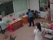 Vụ bác sĩ 115 bị đánh: Chủ tịch phường cầm ghế  định ngồi  hay  xông vào đòi đánh ?