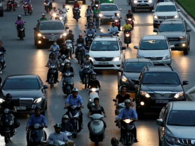 """Bloomberg chê giáo dục Việt Nam: Tốt nghiệp trường """"xịn"""" vẫn phải làm xe ôm"""