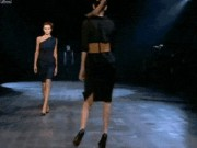 """Ảnh động: Những pha  """" sẩy chân """"  hài hước của người mẫu"""