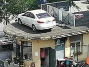 Đỗ xe dưới đất, hồi sau quay lại thấy nằm trên... nóc nhà
