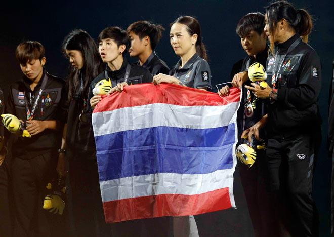 """Nữ Việt Nam giành HCV SEA Games, Thái Lan """"chết lặng"""" đổ lệ như mưa"""