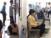 Xúc động người mẹ cầm nón rách đợi con trai nhập học