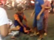 Thanh niên vung dao đâm người  loạn xạ  giữa phố Sài Gòn