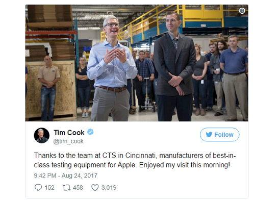 NÓNG: Tim Cook bỏ iPhone 8 trong túi quần, dạo thăm nhà máy - 1