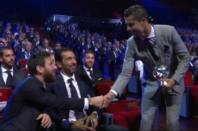 """Messi thua Ronaldo: Đến Man City làm """"vua Ngoại hạng Anh"""", chờ báo thù?"""