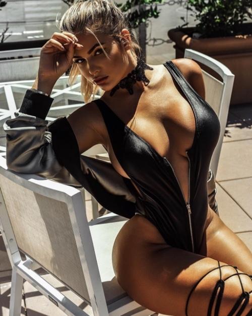 Váy áo khoe 90% cơ thể của cô gái phồn thực nhất nước Nga - 4