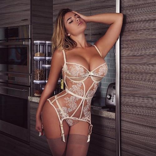 Váy áo khoe 90% cơ thể của cô gái phồn thực nhất nước Nga - 1