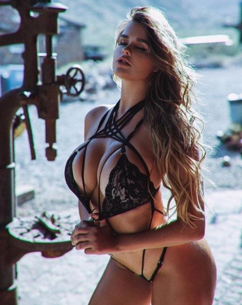 Váy áo khoe 90% cơ thể của cô gái phồn thực nhất nước Nga - 2