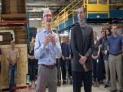Dế sắp ra lò - NÓNG: Tim Cook bỏ iPhone 8 trong túi quần, dạo thăm nhà máy
