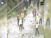 Phi thường - kỳ quặc - 2 làng đổ ra đường ném đá vào nhau theo tục lệ, 400 người bị thương