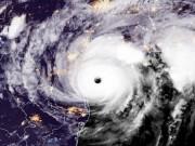 Thế giới - Khoảnh khắc siêu bão mạnh kỷ lục đổ bộ nước Mỹ