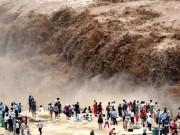 Hoảng hồn với cảnh dân tình xô nhau check-in bên dòng thác dữ tợn nhất thế giới