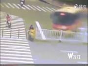 Thế giới - TQ: Sống sót thần kỳ sau khi bị xe bus, xe tải đâm liên tiếp