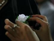 Mùa Vu Lan:  Sợ cài đóa hồng trắng lên ngực