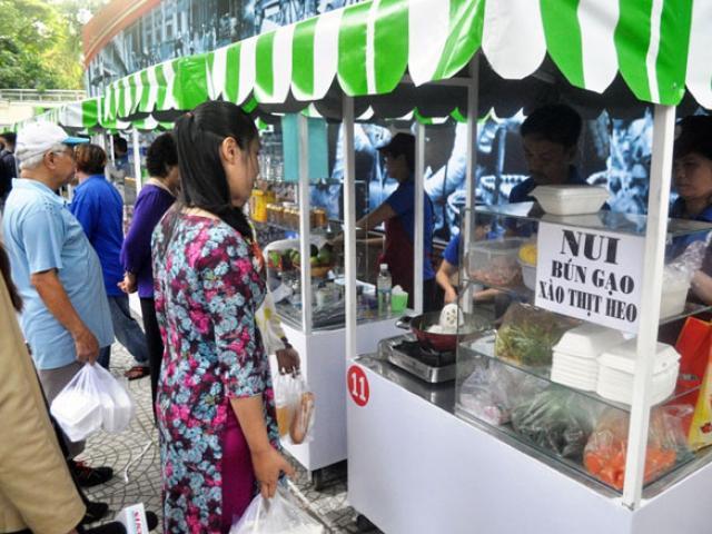 Ăn đã đời đủ món ngon tại phố hàng rong đầu tiên ở Sài Gòn