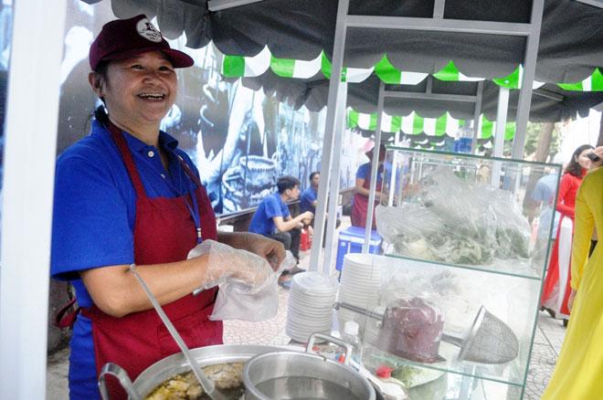 Ăn đã đời đủ món ngon tại phố hàng rong đầu tiên ở Sài Gòn - 3