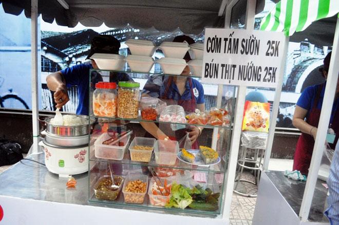 Ăn đã đời đủ món ngon tại phố hàng rong đầu tiên ở Sài Gòn - 9