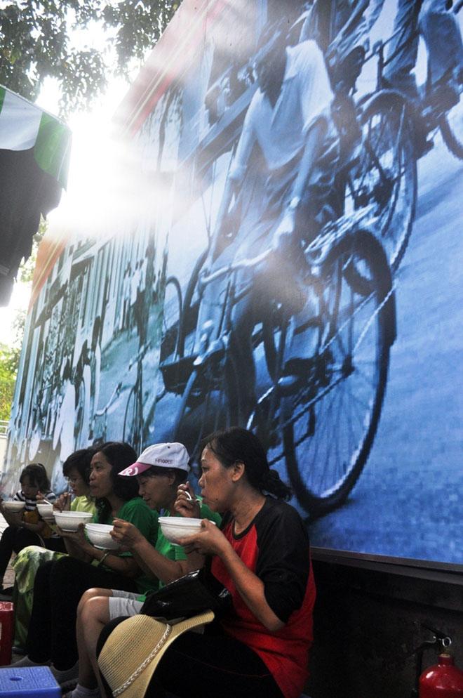 Ăn đã đời đủ món ngon tại phố hàng rong đầu tiên ở Sài Gòn - 12