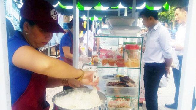 Ăn đã đời đủ món ngon tại phố hàng rong đầu tiên ở Sài Gòn - 7