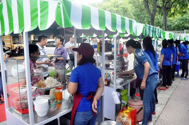 Ăn đã đời đủ món ngon tại phố hàng rong đầu tiên ở Sài Gòn - 6