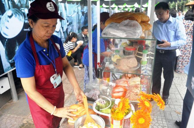 Ăn đã đời đủ món ngon tại phố hàng rong đầu tiên ở Sài Gòn - 8
