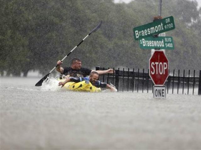 Siêu bão Harvey trút mưa nặng tới mức lún cả vỏ trái đất - 2