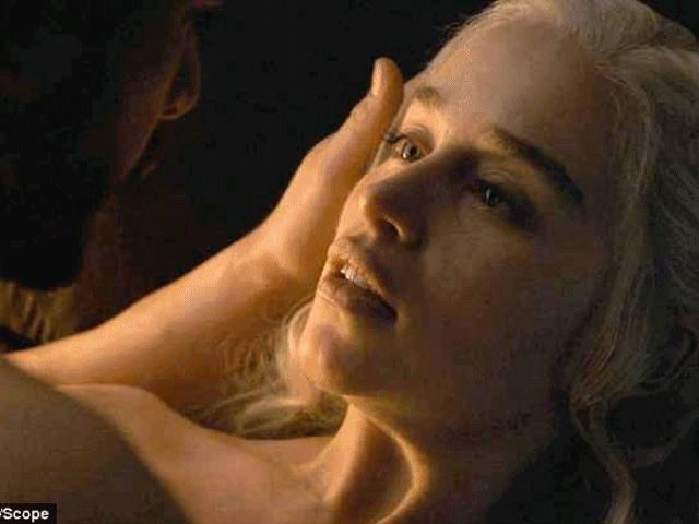 """Fan vỡ òa vì cảnh nóng và thân hình diễn viên trong tập cuối """"Trò chơi vương quyền"""""""
