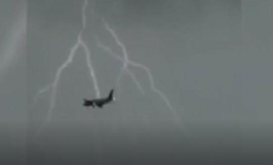 """Nóng 24h qua: """"Giấc mơ bay"""" B787 bị sét đánh khi hạ cánh xuống Nội Bài"""