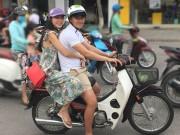 Vợ chồng Thủy Tiên chạy xe máy, mang dép lê về quê làm từ thiện