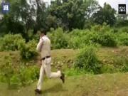 Cảnh sát Ấn Độ ôm bom khủng chạy thục mạng, cứu 400 người