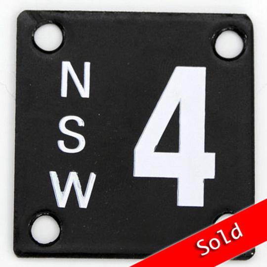 """Biển số xe chỉ có một số """"4"""". Ảnh: Daily Mail"""