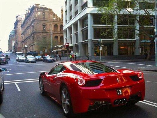 """Chiếc xe Ferrari màu đỏ mang biển số """"2"""". Ảnh: Daily Mail"""