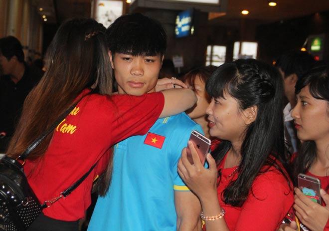 Nữ sinh ôm Công Phượng ở sân bay tâm sự về hình ảnh nóng - 2