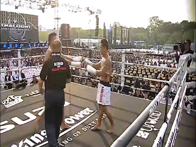 """UFC: """"Gấu Nga"""" tung đòn Muay Thái như bay, khóa cổ hạ đối thủ 1"""