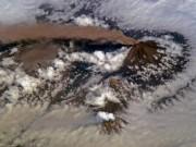 Đẹp phi thường cảnh núi lửa phụt khói giữa biển mây trắng