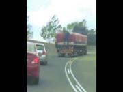 Phi thường - kỳ quặc - Băng trộm đu bám lên xe tải đang đánh võng chỉ để lấy mấy túi đường