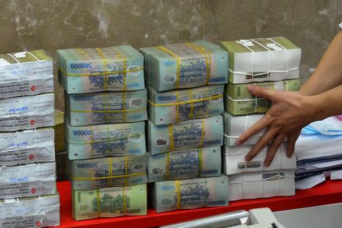 Lo tiền chảy vào kênh nóng - 1