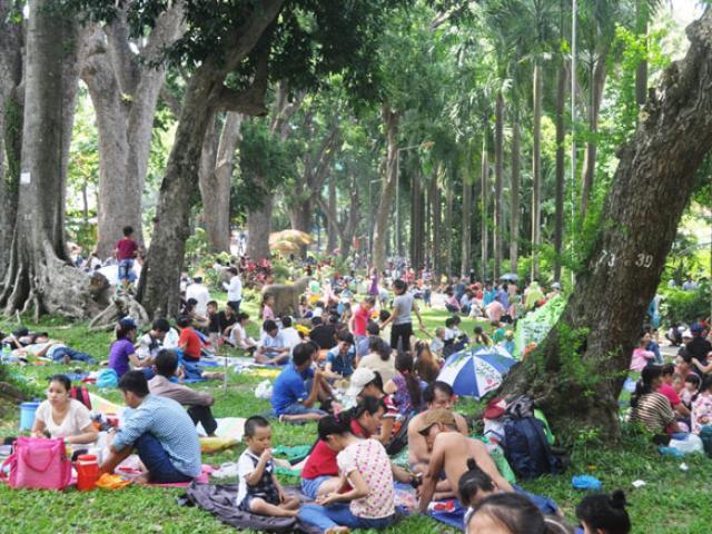 """""""Biển người"""" đông như nêm trong các khu vui chơi ở Sài Gòn"""