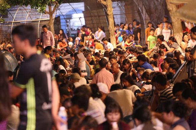 Người dân SG chen nhau chọn chỗ đẹp xem pháo hoa mừng Quốc khánh - 1