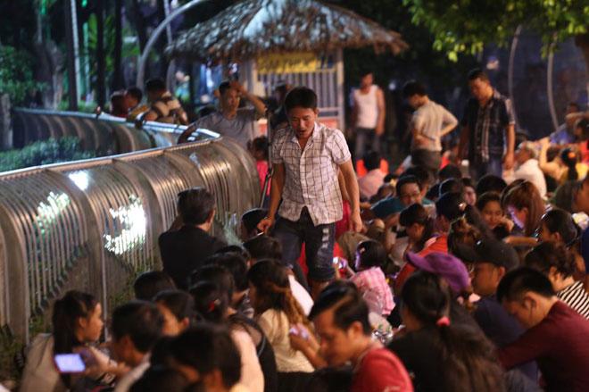 Người dân SG chen nhau chọn chỗ đẹp xem pháo hoa mừng Quốc khánh - 2